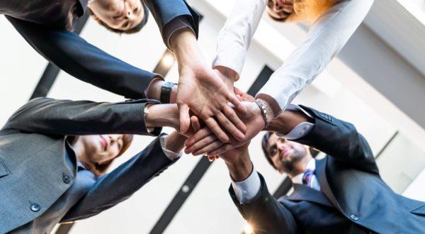 職場のチームワークに大切なこと、効果やチーム強化のポイントを解説